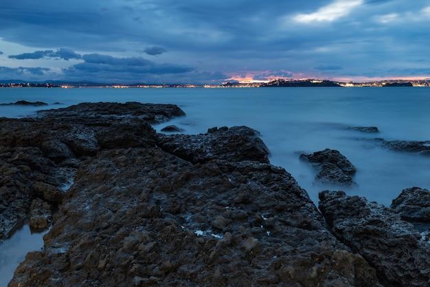 Coucher de soleil sur la plage de tranquilos, loredo, espagne