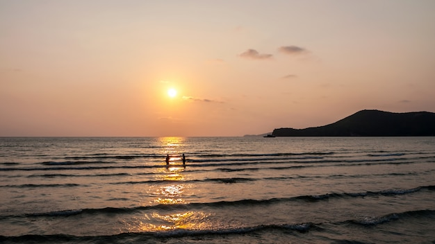 Coucher de soleil à la plage tropicale