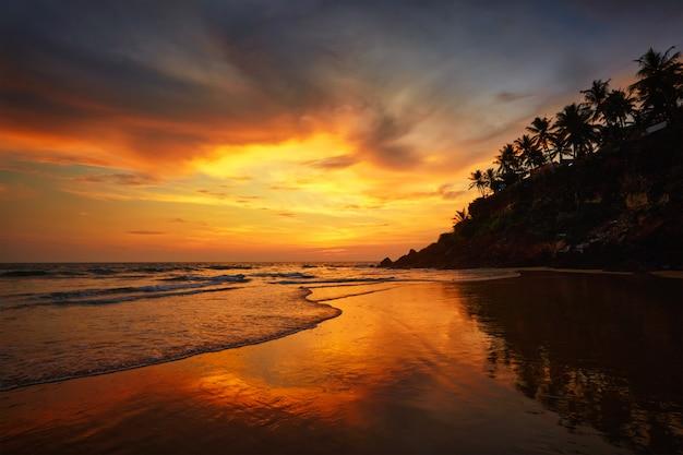Coucher de soleil sur la plage de varkala, kerala, inde
