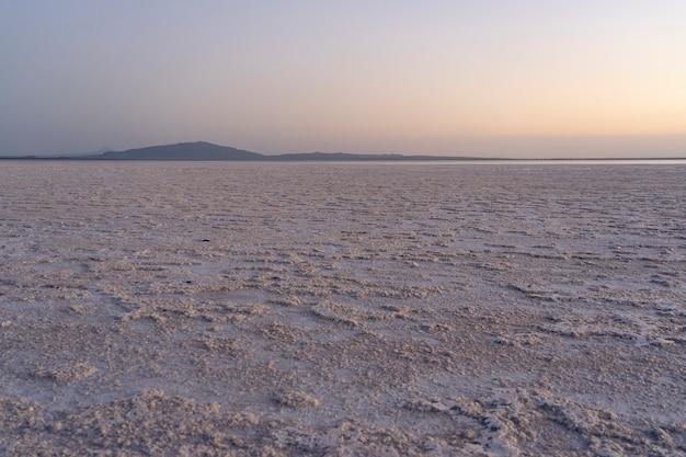 Coucher de soleil sur les plaines salées du lac asale dans la dépression de danakil en ethiopie