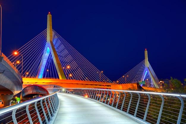 Coucher de soleil sur le pont boston zakim dans le massachusetts