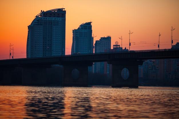 Coucher de soleil sur le pont sur la rivière dnipro