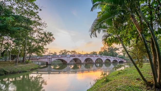 Coucher de soleil sur le pont sur la rivière