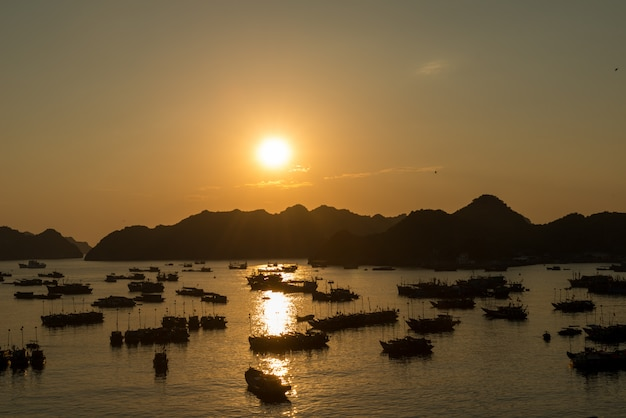 Coucher de soleil sur le port de cat ba