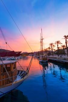 Coucher de soleil sur le port de plaisance du port de carthagène murcie en espagne