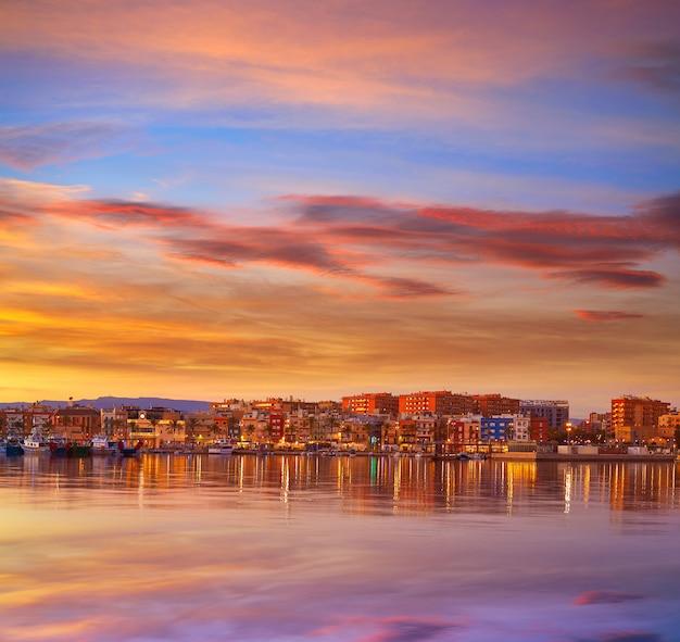 Coucher de soleil sur le port de tarragone en catalogne
