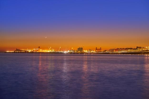 Coucher de soleil sur le port de tarragone en méditerranée