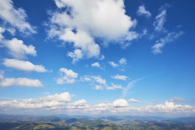 Coucher de soleil avec rayons de soleil, ciel avec nuages et soleil.