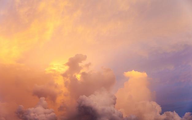 Coucher de soleil avec des rayons de soleil, ciel avec nuages et soleil