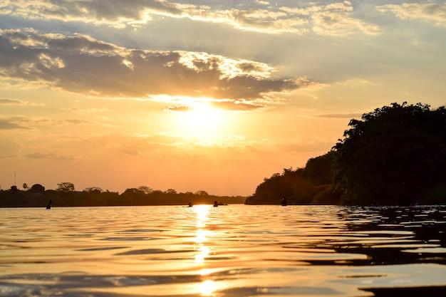 Coucher de soleil sur la rivière parnaba dans le nord-est du brésil