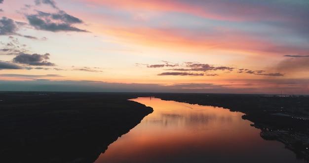 Coucher de soleil sur la rivière. paysage fluvial. coucher de soleil avec reflet sur l'eau. panorama