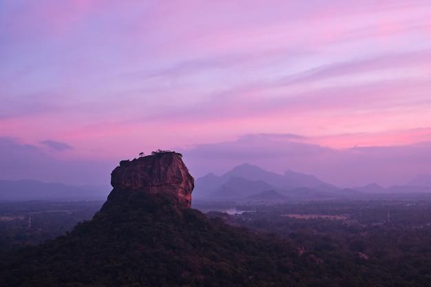 Coucher de soleil sur le rocher du lion avec une belle vue sur sigiriya