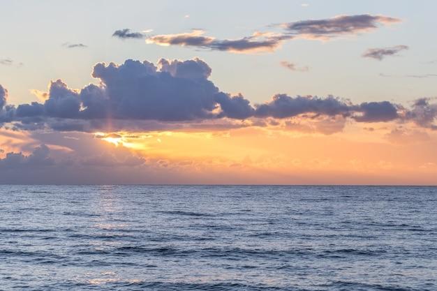 Coucher de soleil romantique sur la mer au portugal.