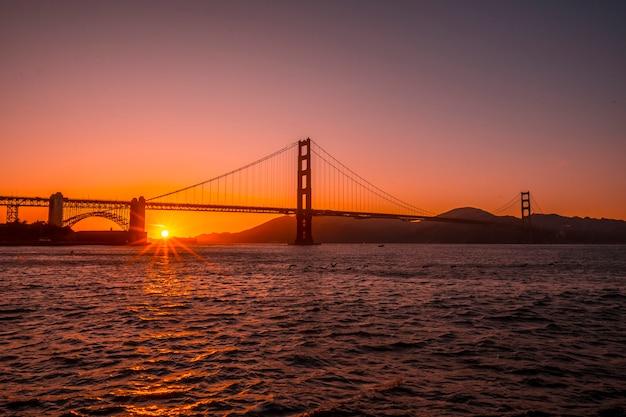 Coucher de soleil rouge au golden gate de san francisco. états unis