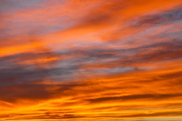 Coucher de soleil rouge coloré sur le désert du sahara