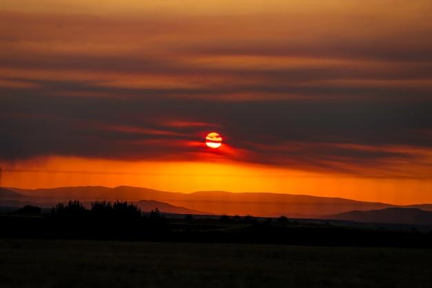 Coucher de soleil rouge entre les montagnes