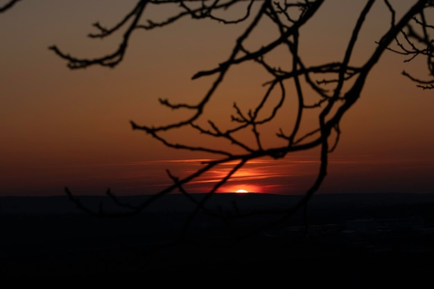 Coucher de soleil rouge soleil rouge passe à l'horizon