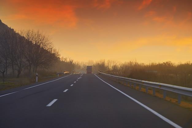 Coucher de soleil sur la route avec ciel doré