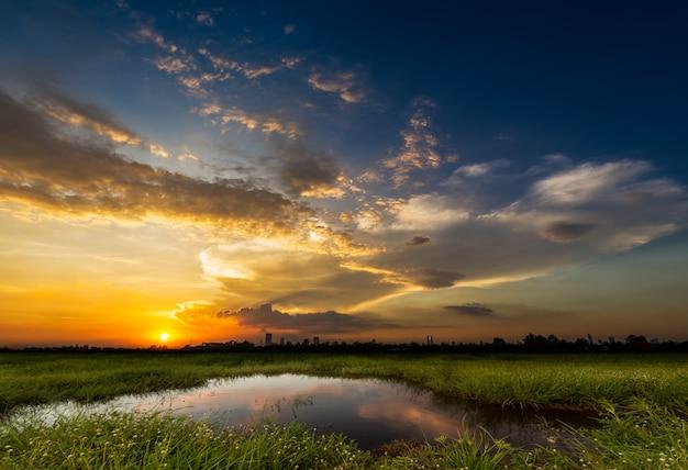 Coucher de soleil sur la scène rurale