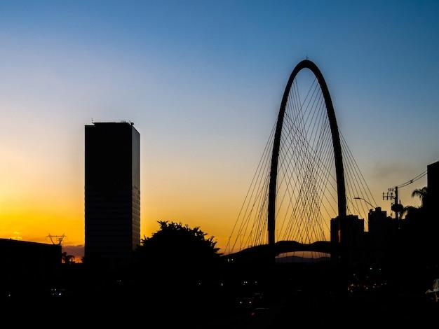 Coucher de soleil avec la silhouette du bâtiment et le nouveau pont à haubans de sao jose dos campos