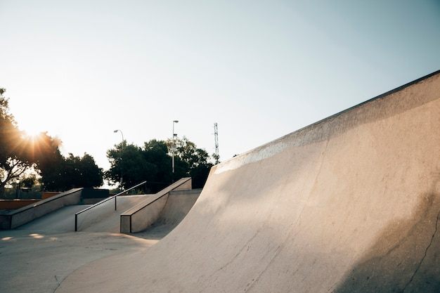 Coucher de soleil sur le skate park urbain
