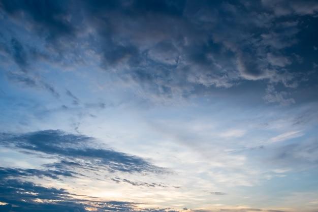 Coucher de soleil spectaculaire ciel bleu foncé et nuageux