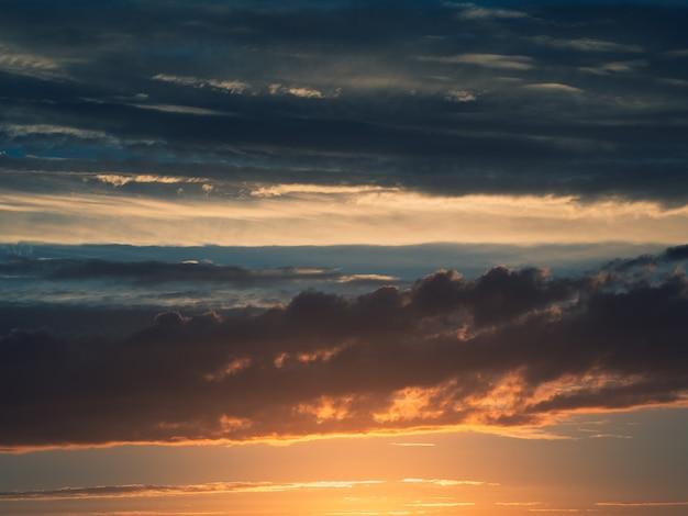 Coucher de soleil spectaculaire avec une couleur bleu crépusculaire du ciel et des nuages