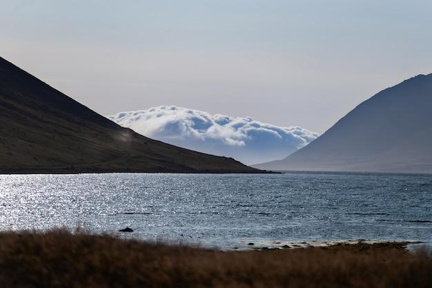 Coucher de soleil spectaculaire d'été dans les fjords de l'ouest de l'islande