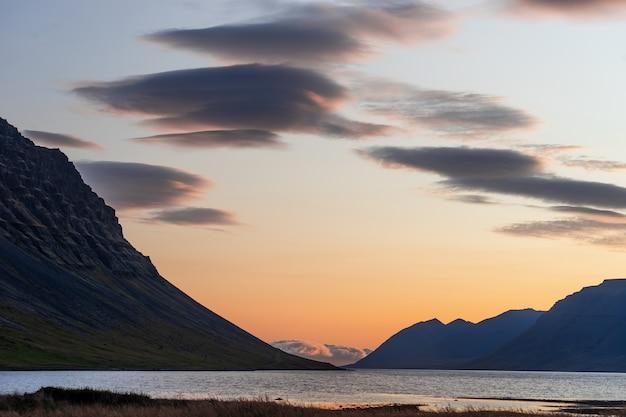 Coucher de soleil spectaculaire d'été dans les fjords de l'ouest de l'islande.
