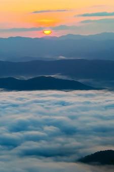 Coucher de soleil surplombant les montagnes avec brouillard