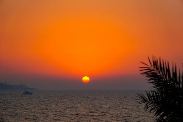 Coucher de soleil tropical dans le golfe persique. dubai