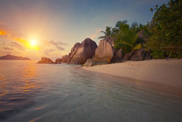 Coucher de soleil tropical face à l'océan sur une belle île.