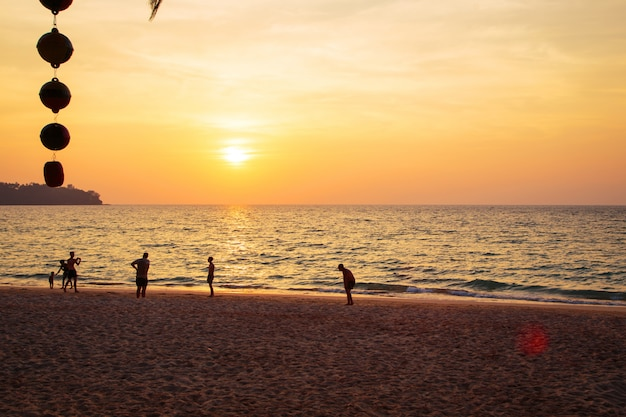 Coucher de soleil tropical en mer.