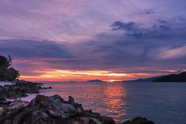 Coucher de soleil tropical sur la plage, paradis de l'île de koh lipe dans le sud de la mer d'andaman, thaïlandecentre marin au coucher du soleil