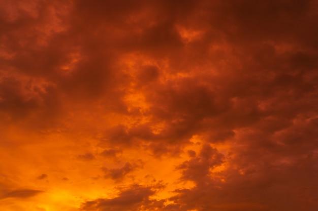 Coucher de soleil tropical rouge ardent d'une beauté inhabituelle. nuages brûlants. feu dans le ciel