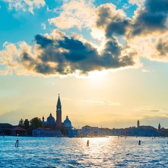 Coucher de soleil à venise. vue depuis la mer jusqu'à la place saint-marc