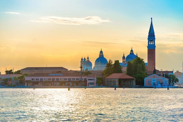 Coucher de soleil à venise. vue depuis la mer jusqu'à la place saint marc