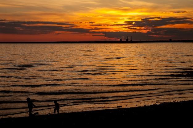Coucher de soleil de la ville, lever du soleil sur la mer soleil océan