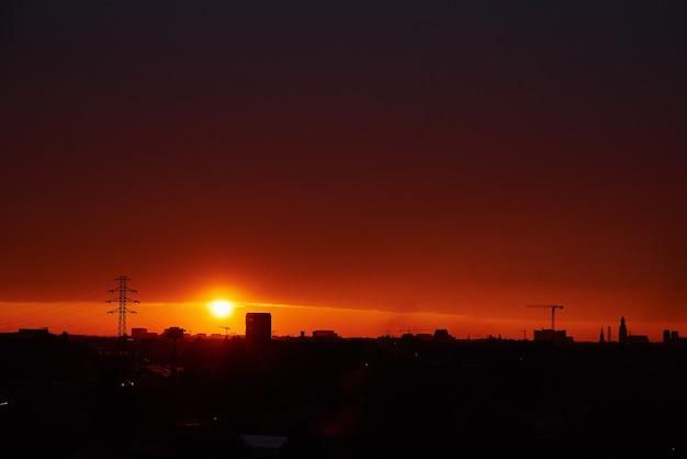 Coucher de soleil sur la ville avec la silhouette des bâtiments