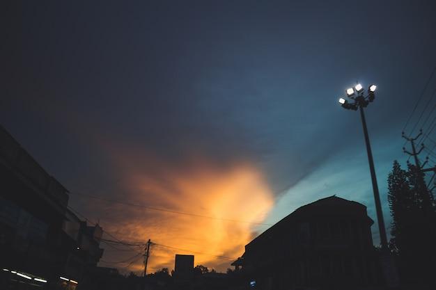 Coucher de soleil sur une ville