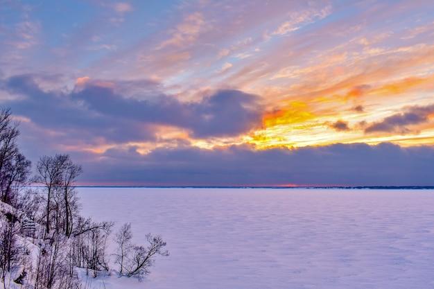 Coucher de soleil sur la volga en hiver