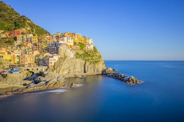 Coucher de soleil vue des bâtiments historiques de manarola à la spezia, italie