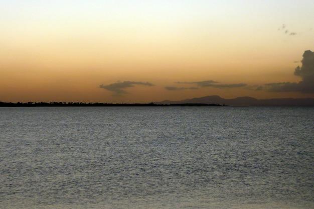 Coucher de soleil avec vue sur l'horizon de la mer à porto rico