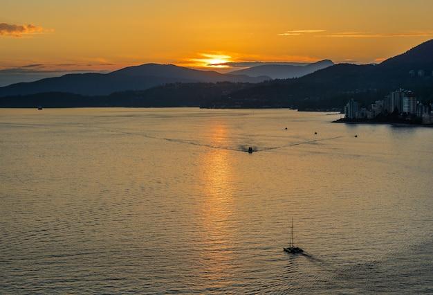 Coucher de soleil avec vue mer et montagne. pont lions gate, coucher de soleil et soirée à vancouver, canada.