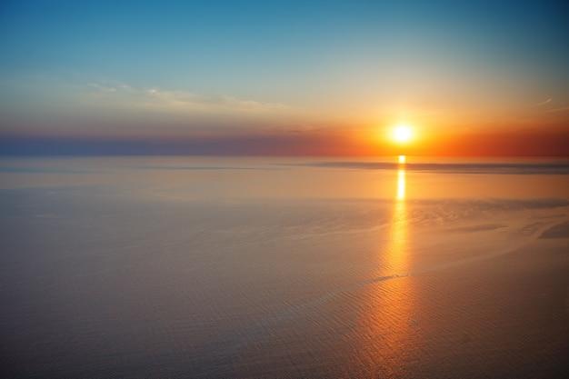 Coucher de soleil vue de la montagne. tourisme, voyage, fond de la mer.