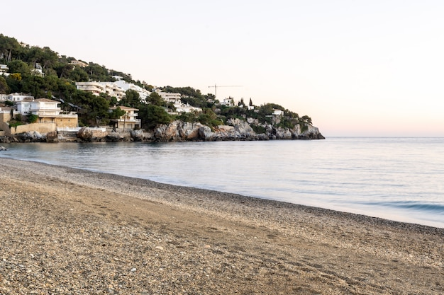 Coucher de soleil vue de la plage de la herradura, almuñecar, grenade, andalousie, espagne
