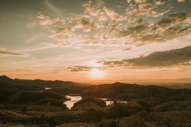 Coucher de soleil à la vue le soir sur la montagne