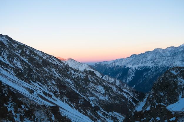 Coucher de soleil à la vue sur la vallée de syltran. montagnes du caucase. russie