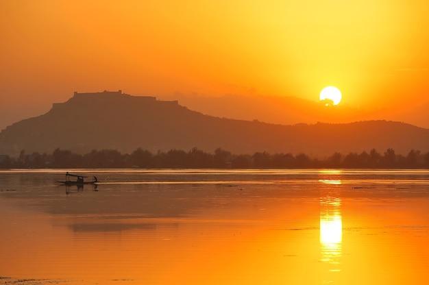 Coucher de soleil avec vue sur la ville de pushkar, rajasthan, inde