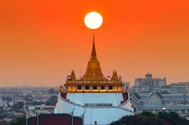 Coucher de soleil sur wat saket, le temple du mont d'or, bangkok,